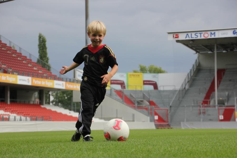Dribbling im Kinder Fußballtraining mit Spaß und Motivation