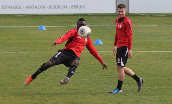 Fussballtraining Torschuss von Sanogo